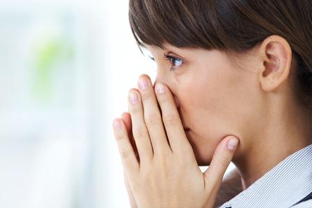 mujer llorando: ni�a llorando cara cerrada en sus manos