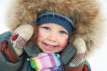 ropa de invierno: Retrato de ni�o lindo en invierno Foto de archivo