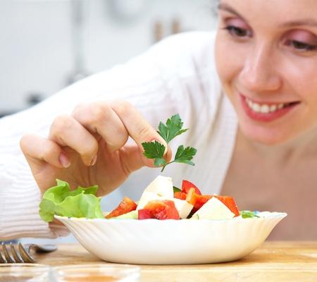 chef cocinando: Sonriente mujer para cocinar las verduras en la cocina