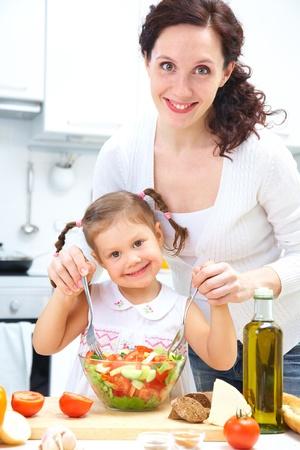 mere cuisine: Cuire le d�ner M�re et fille dans la cuisine Banque d'images