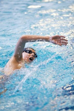 수영장에서 젊은 수영 스톡 콘텐츠
