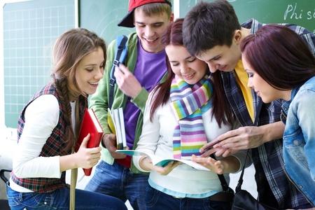 młodzież: Grupa studentów dyskusji w klasie