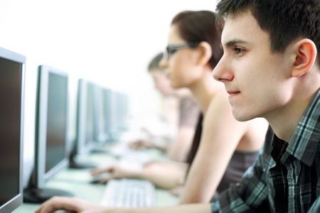 cafe internet: grupo de adolescentes en internet-café con los ordenadores Foto de archivo
