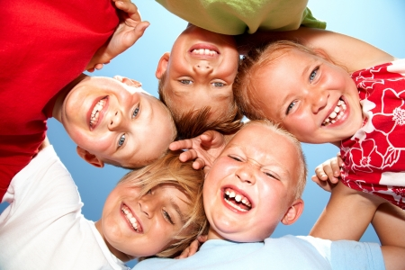 niños jugando en la escuela: Grupo de niños diferentes que tienen un buen verano