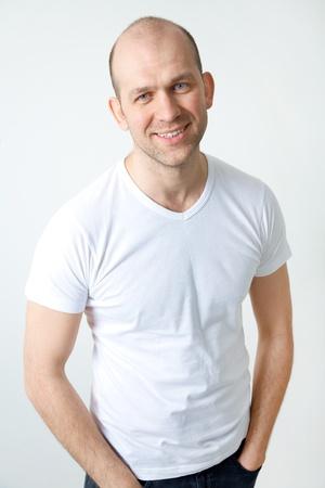 hombre: Retrato de positivo y calvo hombre sonriente