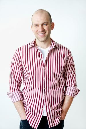 calvo: Retrato de positivo calvo sonriente sobre fondo blanco