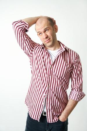 hombre calvo: apuesto joven en busca de la decisión rascándose la cabeza