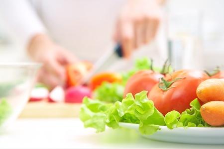인간의 손에 부엌에서 야채 샐러드 요리