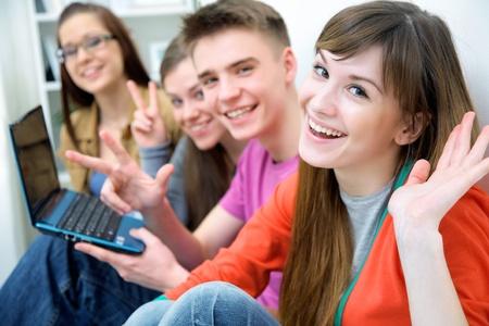 adolescentes riendo: Close-up de cuatro adolescentes ri�ndose y se�alando a la c�mara