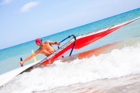 windsurfing: joven surfista hace una tabla y la vela del mar Foto de archivo