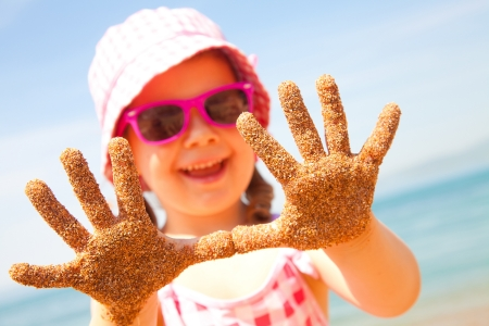 家族: 夏の海辺での幸せな女の子