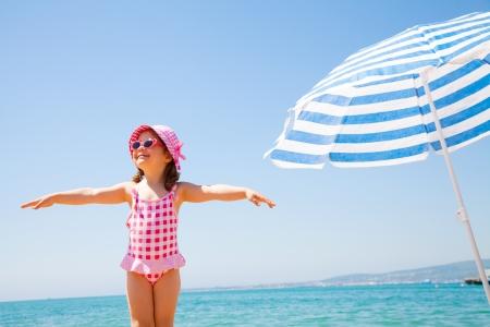 niña feliz en la playa en el verano