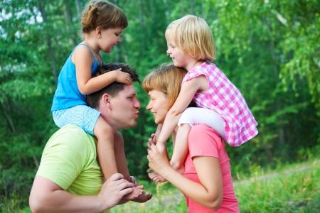 maman et papa baise avec leurs enfants dans le parc verdoyant Banque d'images - 14505319