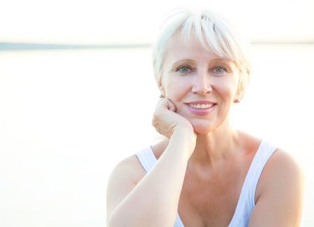 mujeres maduras: Retrato al aire libre de la mujer mayor positividad
