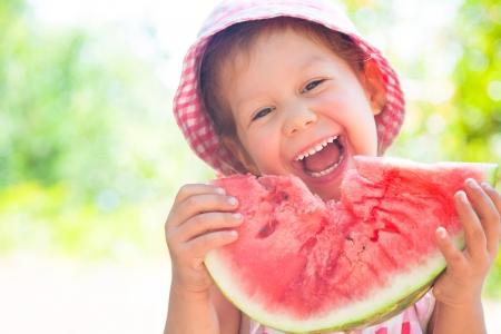 ni�a comiendo: ni�a comiendo una sand�a madura jugosa en verano