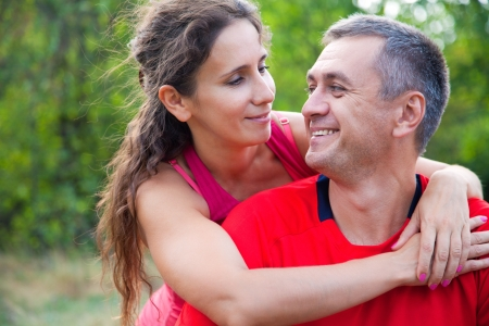 pareja abrazada: Pareja madura feliz abrazando en parque verde