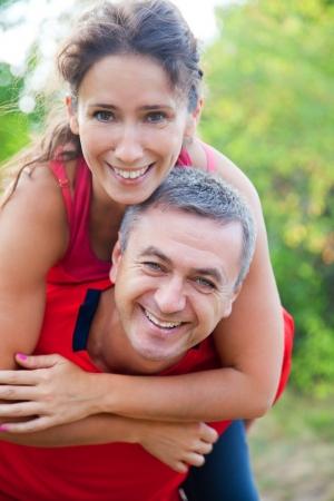 couple enlac�: Happy mature couple enlac� sur parc de verdure