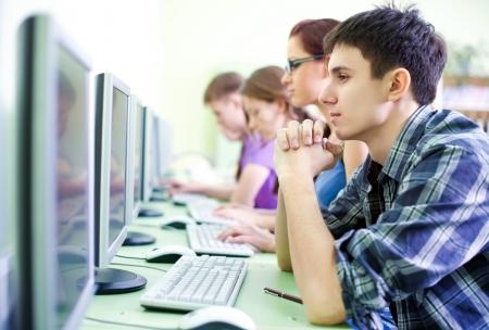 cafe internet: grupo de adolescentes en internet-café con ordenadores