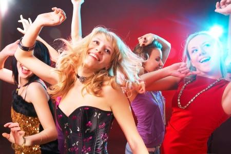 chicas bailando: Joven hermosa chica alegre baile en una fiesta