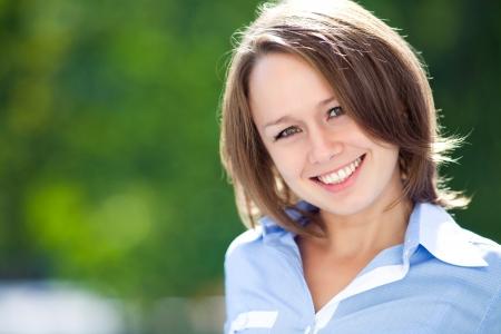 Portret van een succesvolle jonge vrouw buitenshuis Stockfoto