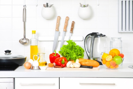 ustensiles de cuisine: Cuisine moderne à la maison avec des aliments sains