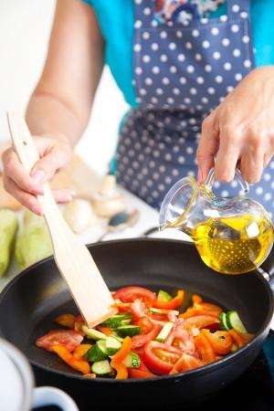 부엌에서 저녁 식사를 요리하는 성숙한 여자