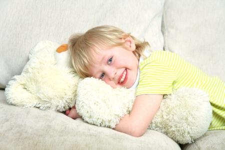 osos de peluche: Retrato del niño pequeño con el oso de peluche en casa Foto de archivo