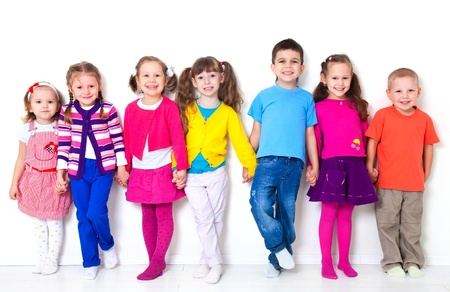 Grote groep van diverse kinderen op witte muur