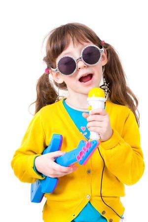 niños vistiendose: Retrato de una niña bonita vestida como cantante famoso Foto de archivo