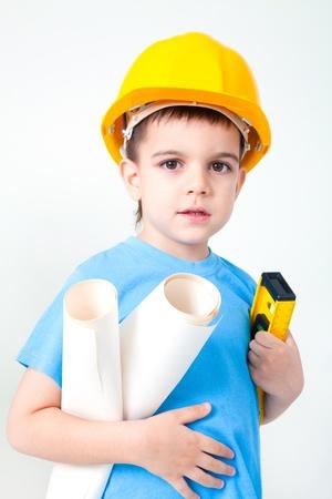 niños vistiendose: Un muchacho joven sueña con convertirse en un constructor de tipo Foto de archivo