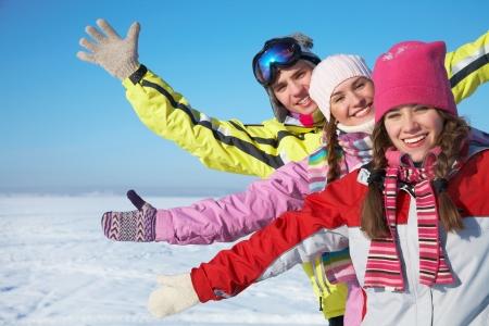 Portrét skupiny teenagerů mají dobrý čas v zimě