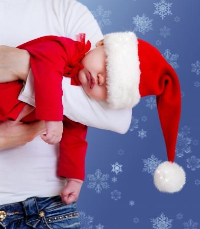 baby kerst: Portret van Kerstmis baby slaapt op moeders handen