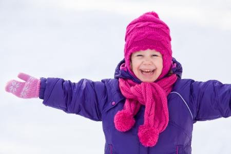 ropa de invierno: Retrato de ni�a linda en invierno Foto de archivo