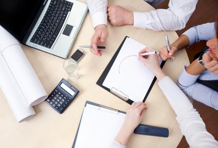 ötletroham: Hands üzletemberek az asztalnál, a találkozó az irodában felülnézetben