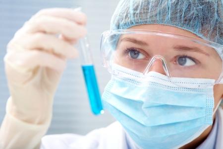 quimica organica: mujer cient�fico que sostiene un tubo de prueba con el l�quido