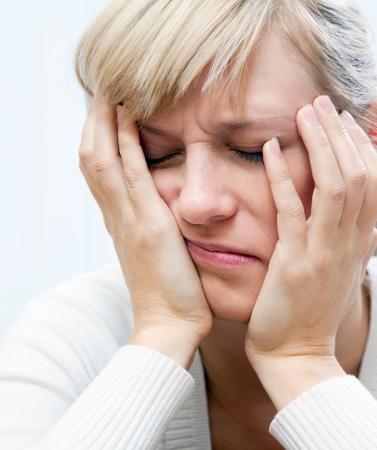 femme inqui�te: jeune femme blanche tristement assis, la t�te appuy�e sur ses mains