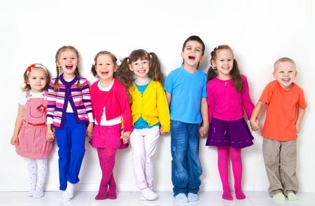 enfants qui jouent: Grand groupe d'enfants � diverses mur blanc Banque d'images