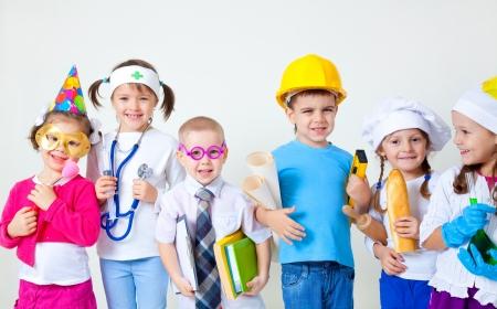 pansement: Groupe de six enfants s'habiller comme des professions