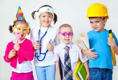 niños vistiendose: Grupo de cuatro niños vestirse como profesiones