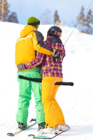 pareja de enamorados en un valle de montaña Foto de archivo - 17921188