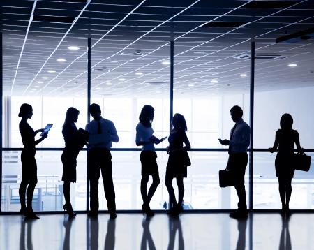 reunion de trabajo: Varias siluetas de los empresarios interactuar centro de negocios fondo Foto de archivo
