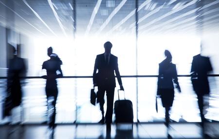 gente aeropuerto: Varias siluetas de fondo aeropuerto empresarios interactuar