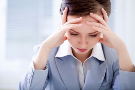 epuise: Portrait de femme d'affaires �puis� dans le bureau