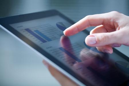 비즈니스 다이어그램과 디지털 태블릿을 터치 여성 손의 근접 스톡 콘텐츠 - 18386858