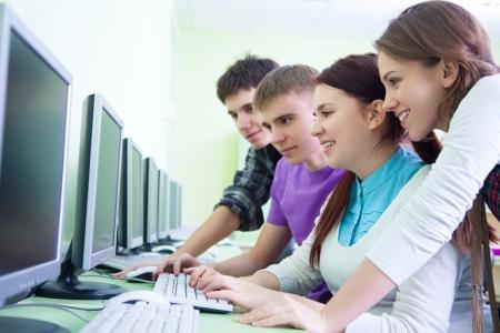 edukacja: rupa nastolatków z komputerami