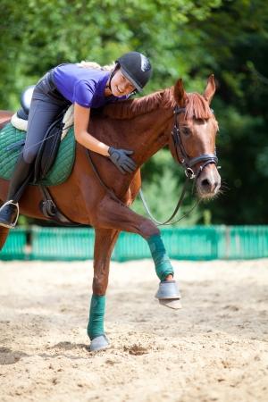 femme et cheval: Jeune femme dressage du cheval brun