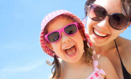 家族: 小さな女の子と彼女の母親は海辺のリゾート地で良い時間を持ってください。