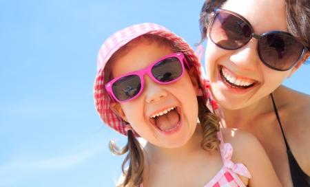 familie: kleine meisje en haar moeder hebben een goede tijd in de badplaats