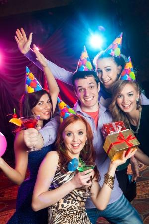 fiestas discoteca: empresa joven celebra su cumplea�os con un c�ctel en la mano