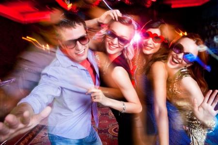 disco parties: Grupo de j�venes que tienen baile de la diversi�n en la fiesta.